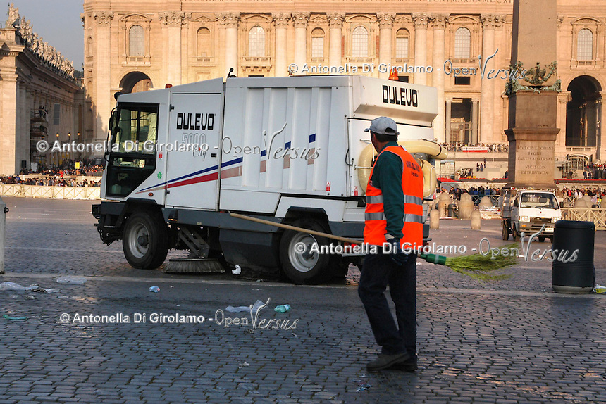 Operatori dell' AMA mentre spazzano la strada e la piazza. L' idropulitrice effettua un' intervento di lavaggio e sanificazione della sede stradale e dei marciapiedi..Operators of AMA while sweep the street and the square. The washer machine while makes intervention of  washing and sanitation of the roadway and sidewalks....