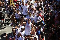 RECIFE,PE,22.11.2015 - FUTEBOL-SANTA CRUZ- Jogadores do Santa Cruz desfilam em carro aberto pelas ruas do Recife, em comemoração ao acesso a série A do campeonato brasileiro de 2016, após vitória de 3 x 0 contra o Mogi Mirim, neste domingo, 22. (Foto: Jean Nunes/Brazil Photo Press)