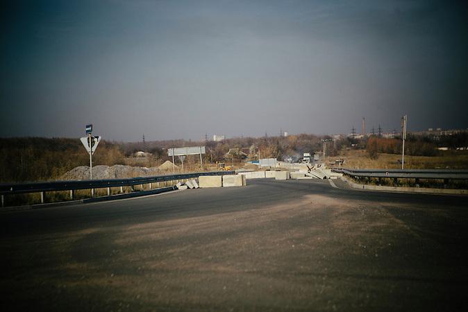 Eine Fahrt mit dem Bus von Dniepropetrovsk in das umkämfte Donetsk dauert sechs Stunden und kostet umgerechnet 8 Euro, inklusive Gepäcktransport. Auf dem Weg verändert sich die Landschaft und die Zeichen für den Konflikt zwischen der Ukraine und den pro-russischen Separatisten zeigen sich in Gestalt von zahlreichen Checkpoints und sichtbaren Kriegsschäden. Eine Reise vom Frieden in den Krieg durch die entmilitarisierte Pufferzone. / ( hours with the Bus from Dnepropetrovsk to Donezk. A journey into the warzone.
