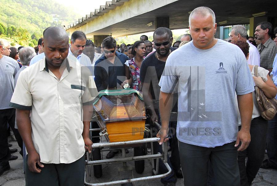 ATEN&Ccedil;AO EDITOR  FOTO EMBARGADA PARA VEICULOS INTERNACIONAIS. NITEROI, RJ 26 DE OUTUBRO 2012 - SEPULTAMENTO DO DESEMBARGADOR ASSASSINADO EM NITER&Oacute;I.  Nesta tarde de sexta feira 26, foi sepultado o desembargador assassinado com 2 tiros em Icarai zona sul da cidade de Niteroi, regiao metropolitana do Rio de janeiro. <br /> O sepultamento foi no cemit&eacute;rio Parque da Colina em Pendotiba e contou com a presen&ccedil;a de v&aacute;rios juizes e desembargadores e o presidente do Tribunal de Justi&ccedil;a Manuel dos Santos Rebelo.<br /> A viuva Dona Maria Jose de blusa branca e sua filha Gilza Fernandes de vestido estampado.<br /> FOTO RONALDO BRANDAO/ BRAZIL PHOTO PRESS