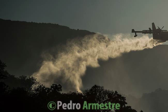 Two planes Canadier throw water over land during a forest fire in Los Barrios, near Cadiz on July 25, 2015. Since July 19 wildfires have ravaged nearly 39,000 hectares of land in Spain, according to the provisional figures from the agriculture ministry. © Pedro ARMESTRE
