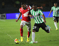 BOGOTA -COLOMBIA. 07-05-2014. Wilder Medina(Izq)  de Independiente Santa Fe disputa el balon  contra Miller Mosquera  del  Atlético Nacional  partido de ida por las semifinales  de  La Liga Postobon  jugado en el estadio El Campin . Wilder Medina  (L) of Independiente Santa Fe dispute the balloon against  Miller Mosquera of Atletico Nacional for the first leg to the  Liga Postobon I played at El Campin. Photo: VizzorImage / Felipe Caicedo / Staff