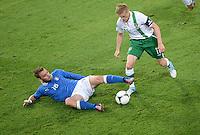 FUSSBALL  EUROPAMEISTERSCHAFT 2012   VORRUNDE Italien - Irland                       18.06.2012 Daniele De Rossi (li, Italien) gegen Damien Duff (re, Irland)