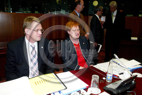 BRUSSELS - BELGIUM - 16 JUNE 2005 -- EU SUMMIT.-- Matti VANHANEN, Finnish Prime Minister, and the President of Finland Tarja HALONEN. PHOTO: ERIK LUNTANG / EUP-IMAGES..
