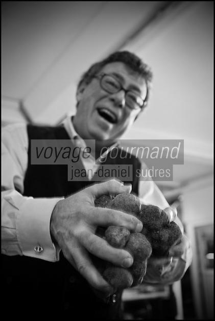 Europe/Europe/France/Midi-Pyrénées/46/Lot/Cahors: Christian Constant choisit ses Truffes du Périgord ,Tuber Melanoporum, à la Maison Pebeyre [Non destiné à un usage publicitaire - Not intended for an advertising use]