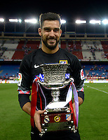 MADRID - ESPAÑA - 22-08-2014:  Miguel Moya, portero de Atletico de Madrid celebra con la copa como campeon de la Super Copa de España tras vencer a Real Madrid, durante partido de vuelta entre Atletico de Madrid  y Real Madrid por la Super Copa de España 2014, en el estadio Vicente Calderon de la ciudad de Madrid, España. / Miguel Moya, goalkeeper of Atletico de Madrid  celebrates with the Cup as champion of the Super Copa de España after beating Real Madrid,, during a match for the second leg between Atletico Madrid and Real Madrid on the Super Copa de España 2014, at the Vicente Calderon stadium in Madrid, Spain. Photo: Asnerp / Patricio Realpe / VizzorImage.