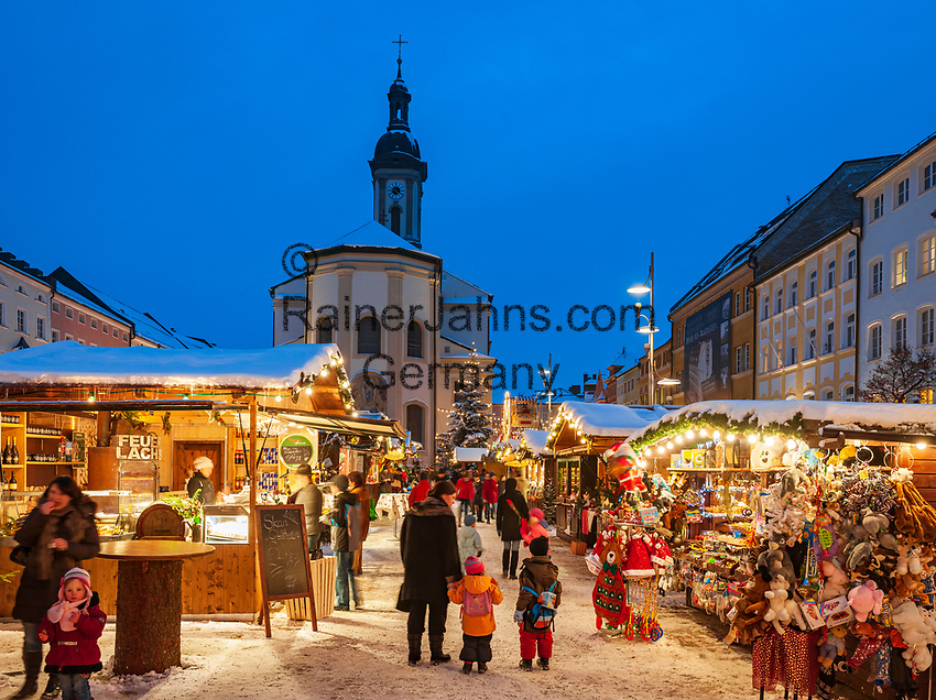 Deutschland, Bayern, Oberbayern, Chiemgau, Traunstein: Weihnachtsmarkt auf dem Stadtplatz   Germany, Upper Bavaria, Chiemgau, Traunstein: Christmas Market at Town Square