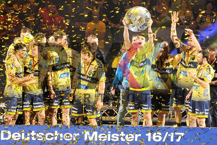 Rhein-Neckar Loewe Filip Taleski (Nr.28) mit der Meisterschale beim Spiel in der Bundesliga Rhein Neckar Loewen - MT Melsungen.<br /> <br /> Foto &copy; PIX-Sportfotos *** Foto ist honorarpflichtig! *** Auf Anfrage in hoeherer Qualitaet/Aufloesung. Belegexemplar erbeten. Veroeffentlichung ausschliesslich fuer journalistisch-publizistische Zwecke. For editorial use only.