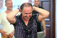 Handball - Relegationsspiel zum Aufstieg in die 2. Bundesliga - SC DHfK Leipzig spielt zu Hause in der Ernst-Grube-Halle gegen Dessau-Rosslauer HV..Im Bild: Manager Maik Gottas nach der Sektdusche .Foto: Christian Nitsche.Jegliche kommerzielle Nutzung ist honorar- und mehrwertsteuerpflichtig! Persönlichkeitsrechte sind zu wahren. Es wird keine Haftung übernommen bei Verletzung von Rechten Dritter. Autoren-Nennung gem. §13 UrhGes. wird verlangt. Weitergabe an Dritte nur nach vorheriger Absprache.