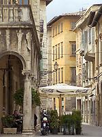 ITA, Italien, Marken, Ascoli Piceno: Cafe und Altstadtgasse direkt an der Piazza del Popolo | ITA, Italy, Marche, Ascoli Piceno: cafe and old town lane next to Piazza del Popolo