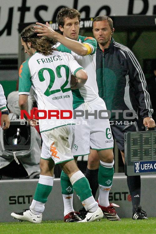 UEFA Pokal 06/07 - UEFA-Pokal - Halbfinale Rueckspiel<br /> Werder Bremen (GER )  -  Espanyol Barcelona ( ESP )<br /><br />Der Abgang der Kapitaens, Torsten Frings uebergibt die Kapitaensbinde an Frank Baumann<br /><br />Foto :&copy; nph ( nordphoto ) <br /><br /><br /><br /> *** Local Caption ***