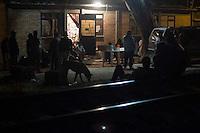 Tequisquiapan, Qro. 28 octubre 2015.- M&aacute;s de 40 migrantes centroamericanos fueron abandonados en La Estancia del Migrante, ubicada en Estaci&oacute;n Bernal de este municipio, maltratados y robados por supuesto vigilantes de la carga del ferrocarril.<br /> Mart&iacute;n Mart&iacute;nez mencion&oacute; que las agresiones a los migrantes han ido en aumento por parte de los integrantes de los cuerpos de seguridad privada.