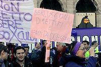Roma 5 Dicembre 2009.No Berlusconi  Day.Manifestazione  per chiedere le dimissioni di Silvio Berlusconi e del suo Governo,la manifestazione è stata  organizzata dai blogger..Rome, December 5, 2009.No Berlusconi Day.Demonstrations  to demand the resignation of Silvio Berlusconi and Berlusconi's government, the event was organized by bloggers..the banner reads: Berlusconi to resign and made to try