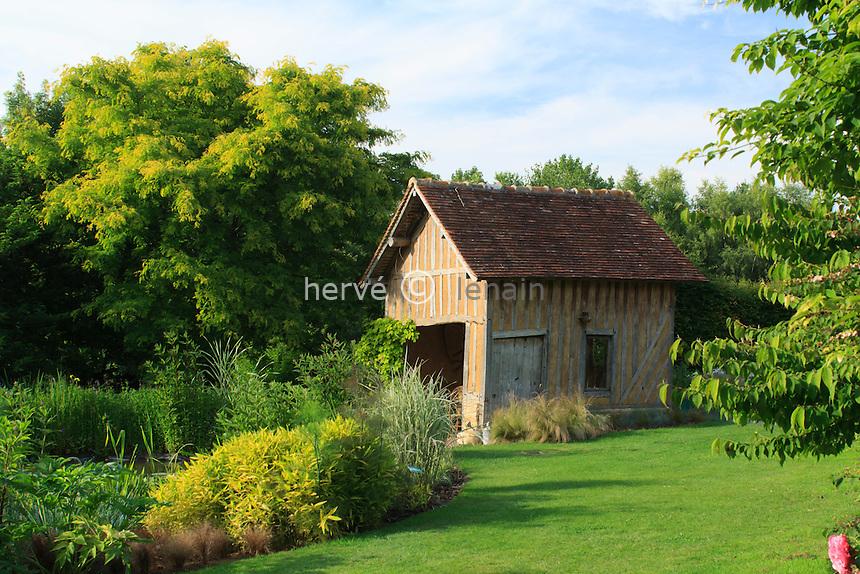 Jardins du pays d'Auge (mention obligatoire dans la légende ou le crédit photo):.maison à pan de bois devant le bassin.