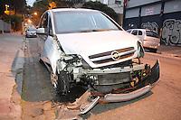 FOTO EMBARGADA PARA VEICULOS INTERNACIONAIS. SÃO PAULO, SP, 15/09/2012, ACIDENTE + FUGA RADIAL LESTE.  Um veiculo bateu na madrugada de hoje (15) contra um poste na Rua Melo Freire (Radial Leste) altura da R. Cel Luis Americano no bairro do Tatuapé. Com o impacto o poste ficou pendurado pelos fios, a motorista tentou fugir do local, mas com um grande vazamento de oleo teve de abandonar o veiculo na R. Platina.O veiculo só foi localizado pelo rastro de oleo deixado. Segundo testemunhas uma mulher dirigia o veiculo e aparentava sinais de embriaguez. Luiz Guarnieri/ Brazil Photo Press.