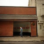 """Buenos Aires, Argentina. Paco, titolare dell'omonimo ristorante nel Microcentro di Buenos Aires, posa all'interno del suo locale. """"Non ho vergogna a dire che molto spesso, quando stacco, al pomeriggio, mi diverto con un'amica nel Telo qui fuori. E' il rimedio migliore allo stress del mio lavoro""""."""