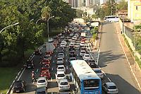 ATENCAO EDITOR: FOTO EMBARGADA PARA VEICULO INTERNACIONAL - SAO PAULO, SP, 07 DEZEMBRO 2012 - TRANSITO EM SAO PAULO -  Transito na av 23 de maio ness manha encontra-se lento no sentido zona sul na regiao da Liberdade zona central da capital paulista nessa  sexta, 07. (FOTO: LEVY RIBEIRO / BRAZIL PHOTO PRESS)..