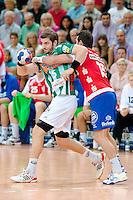 links Michael Haaß (FAG) am Ball gegen rechts Florian Kehrmann (TBV)