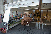 Roma 6 Agosto 2014<br /> Sono tornati per pochi minuti i dehors a Piazza Navona. I titolari dei ristoranti  hanno deciso di alzare le saracinesche e ripristinare gli spazi esterni, ma posizionando i tavolini nel rispetto dei limiti imposti dalle concessioni del comune di Roma. Ma gli agenti della municipale li hanno bloccati: &quot;Non sono autorizzati&quot;. Il ristorante Tre Scalini chiude per ordine della Polizia Municipale,perch&egrave; non in regola con  i limiti imposti dalle concessioni del comune di Roma.<br /> Rome August 6, 2014 <br /> They came back for a few minutes the dehors in the Piazza Navona. The owners of the restaurants have decided to raise the  rolling shutter and restore the dehors, but by placing the tables within the limits imposed by the concessions of the city of Rome. But the agents of the municipal blocking them: &quot;They are not unauthorised &quot;. The restaurant Tre Scalini closed by order of the Municipal Police, why do not comply with the limits imposed by the concessions of the city of Rome.