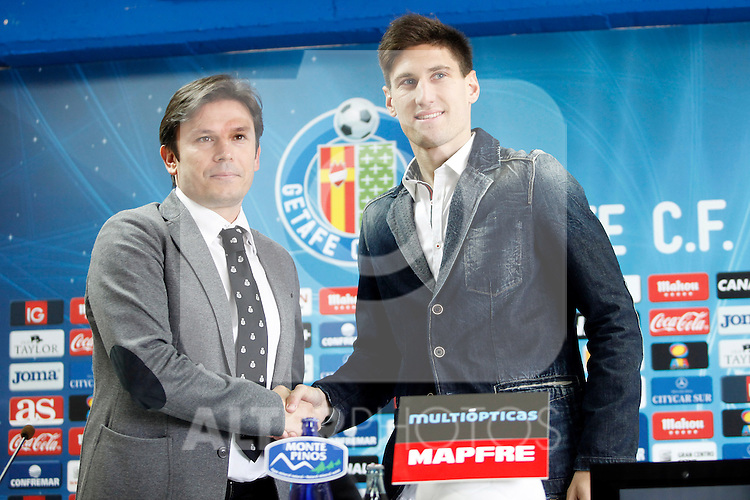 Getafe's new player Fede Fernandez  with the General Manager Toni Munoz (l) during his official presentation. January 31, 2013. (ALTERPHOTOS/Acero)