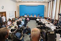 Auf der Senatspressekonferenz am Dienstag den 18. Juni 2019 stellte die Senatorin fuer Stadtentwicklung und Wohnen, Katrin Lompscher (in der Mitte auf dem Podium) den ab Januar 2020 geplanten Mietendeckel vor. Fuer die Mieterinnen sollen die Mieten durch die Deckelung der Miete fuer fuenf Jahre nicht mehr steigen.<br /> 18.6.2019, Berlin<br /> Copyright: Christian-Ditsch.de<br /> [Inhaltsveraendernde Manipulation des Fotos nur nach ausdruecklicher Genehmigung des Fotografen. Vereinbarungen ueber Abtretung von Persoenlichkeitsrechten/Model Release der abgebildeten Person/Personen liegen nicht vor. NO MODEL RELEASE! Nur fuer Redaktionelle Zwecke. Don't publish without copyright Christian-Ditsch.de, Veroeffentlichung nur mit Fotografennennung, sowie gegen Honorar, MwSt. und Beleg. Konto: I N G - D i B a, IBAN DE58500105175400192269, BIC INGDDEFFXXX, Kontakt: post@christian-ditsch.de<br /> Bei der Bearbeitung der Dateiinformationen darf die Urheberkennzeichnung in den EXIF- und  IPTC-Daten nicht entfernt werden, diese sind in digitalen Medien nach §95c UrhG rechtlich geschuetzt. Der Urhebervermerk wird gemaess §13 UrhG verlangt.]