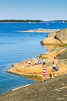Barn på klippor vid bad på Gålö i Stockholms skärgård.