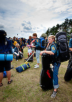 Hardrocker girl that just arrived to the camp, and waiting with her guitarr. Photo: Christoffer Munkestam/Scouterna