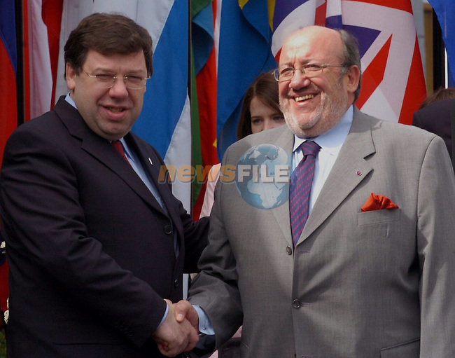 Irish Foreign minister Brian Cowen (L) shakes hands his belgian contrepart Louis Michel (R) prior the Informal Foreign minister Council in Tullamore (Ireland) 16 april 2004. AFP PHOTO FRAN CAFFREY/NEWSFILES