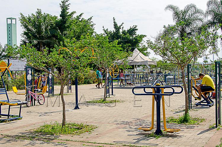 Equipamentos de ginástica no Parque Villa Lobos, São Paulo - SP, 10/2016.