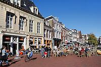 Gracht in Leeuwarden. Terras op straat