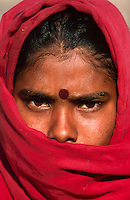 INDIA, Rajasthan, Tilonia, young woman, in villages young girls are married very early by their parents / Indien, junges Maedchen in Tilonia, Maedchen werden hier oft schon in der Kindheit durch die Eltern verheiratet