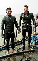 O capitão Cláudio Tavernard(dir.) com um cabo Moises, voltaram do mergulho para ver a balsa com oleo nas mãos e rosto.<br />Foto Interfoto 04/02/2000
