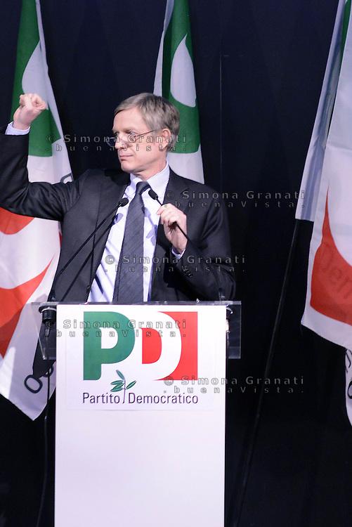 Roma, 21 Marzo 2015.<br /> Gianni Cuperlo a pugno chiuso<br /> Assemblea della sinistra del Partito Democratico all'Acquario di Roma.<br /> A sinistra nel PD,. Per la Democrazia e il lavoro.