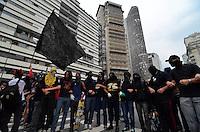 SÃO PAULO, SP - 22.02.2014 - MANIFESTAÇÃO CONTRA COPA- Black Blocs durante Segunda manifestação Contra a Copa realizada no centro de São Paulo na tarde deste sabado (22) - FOTO: (Levi Bianco / Brazil Photo Press)