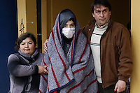 SCH13. BUIN (CHILE), 17/08/2011.- El estudiante Felipe Sanhueza (c) regresa al liceo A131 de Buin para proseguir con la huelga de hambre que mantiene junto a cuatro compañeros desde hace más de 30 días en demanda de una educación pública, gratuita y de calidad, tras una revisión en el hospital del pueblo hoy, miércoles 17 de agosto de 2011, en Buin (Chile). EFE/Felipe Trueba..