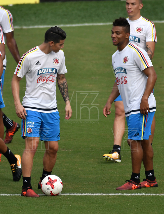 BARRANQUILLA - COLOMBIA  –  03  – 10 -  2017: James Rodríguez (Izq.) y Frank Fabra (Der.), jugadores de la Selección Colombia, durante entreno en el estadio Metropolitano Roberto Melendez. El equipo colombiano se prepara en Barranquilla para el partido contra la selección de Paraguay el 05 de octubre, partido clasificatorio a la Copa Mundial de la FIFA Rusia 2018. / James Rodríguez (L) and Frank Fabra (R), Colombia national team players, during a training at the Metropolinano Roberto Melendez Stadium. Colombia team prepares for the match against Paraguay team on October 05, qualifying for the FIFA World Cup Russia 2018.  Photo: VizzorImage / Luis Ramirez/ Staff.