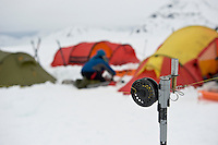 Snublebluss foran teltleir. --- Tripwire surrounding camp.