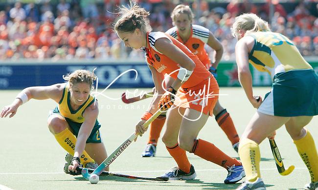 AMSTELVEEN - Eva de Goede (m) probeert de AustralischeSuzie Faulkner te passeren. zaterdag tijdens de wedstrijd Nederland-Australie om de Rabo Champions Trophy 2006 in Amstelveen. rechts Sarah Taylor. ANP PHOTO KOEN SUYK