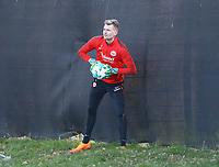 Torwart Lukas Hradecky (Eintracht Frankfurt) holt den Ball - 14.02.2018: Eintracht Frankfurt Training, Commerzbank Arena