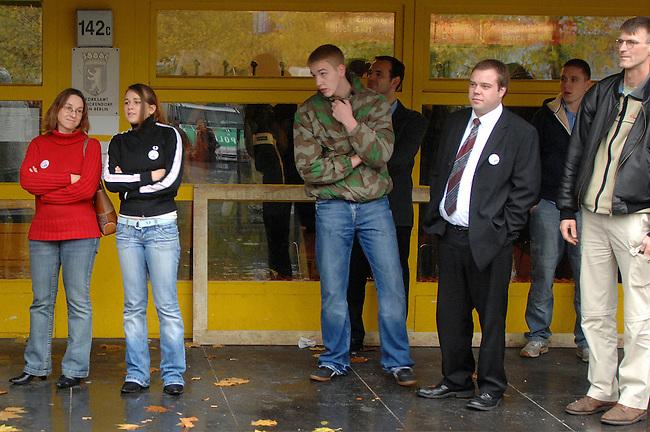 Bundesparteitag der NPD in Berlin<br /> Am Samstag den 11. November 2006 fuehrte die rechtsextreme NPD ihren Bundesparteitag in Berlin-Reinickendorf durch. Ein spontanes Buendnis von CDU, SPD, Gruenen, PDS und Gewerkschaften rief zu einer Protestkundgebung auf. An der Kundgebung nahmen ca. 300 Menschen teil.<br /> Hier: Neonazis vor dem Tagungsgebaeude, dem Fontane-Haus.<br /> 11.11.2006, Berlin<br /> Copyright: Christian-Ditsch.de<br /> [Inhaltsveraendernde Manipulation des Fotos nur nach ausdruecklicher Genehmigung des Fotografen. Vereinbarungen ueber Abtretung von Persoenlichkeitsrechten/Model Release der abgebildeten Person/Personen liegen nicht vor. NO MODEL RELEASE! Nur fuer Redaktionelle Zwecke. Don't publish without copyright Christian-Ditsch.de, Veroeffentlichung nur mit Fotografennennung, sowie gegen Honorar, MwSt. und Beleg. Konto: I N G - D i B a, IBAN DE58500105175400192269, BIC INGDDEFFXXX, Kontakt: post@christian-ditsch.de<br /> Bei der Bearbeitung der Dateiinformationen darf die Urheberkennzeichnung in den EXIF- und  IPTC-Daten nicht entfernt werden, diese sind in digitalen Medien nach &sect;95c UrhG rechtlich geschuetzt. Der Urhebervermerk wird gemaess &sect;13 UrhG verlangt.]