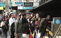 RIO DE JANEIRO, RJ, 13.05.2014 – GREVE DOS RODOVIÁRIOS RJ – Devido a greve dos rodoviários os trens e o metro circulam com lotação máxima e as estações se encontram lotadas como a estação Central do Brasil no centro da cidade, nessa terça 13. (Levy Ribeiro / Brazil Photo Press)