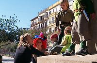Spanien, Balearen, Ibiza, Denkmal von Joaqin Vara auf dem Passeig Vara de Rey in Eivissa, Kinder beim Karneval