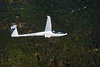 DG 800 Eigenstarter : FRANKREICH, HAUT ALPES 04.08.2005: Segelflugzeug vom Typ  DG 800. Die DG-800 ist ein einsitziges Hochleistungs-Segelflugzeug mit 15 oder 18 m Fluegelspannweite. Es wird von der Herstellerfirma DG Flugzeugbau GmbH in Bruchsal auch in motorisierten Ausfuehrungen fuer den Eigenstart hergestellt. Die erste Version DG-800A flog erstmals am 6. Dezember 1991.