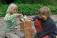 Kinder basteln sich einen Apfeltrockner, Kind nagelt Seitenteile zusammen, Apfel, Äpfel, Äpfel trocknen, Trockenobst, Apfelringe, apple, apples