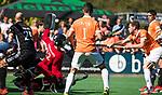 BLOEMENDAAL   - Hockey -  2e wedstrijd halve finale Play Offs heren. Bloemendaal-Amsterdam (2-2) . A'dam wint shoot outs. Sander 't Hart (Bldaal) scoort 2-0. links keeper Jan de Wijkerslooth.  COPYRIGHT KOEN SUYK