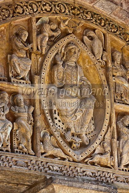 Europe/Europe/France/Midi-Pyrénées/46/Lot/Carennac: Porche et portail sculpté de l'église Saint-Pierre - Christ  en majesté entouré par le Tétramorphe
