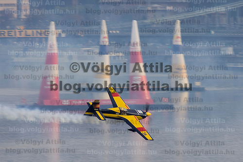 0708193887a Red Bull Air Race international air show qualifying runs over the river Danube, Budapest preceding the anniversary of Hungarian state foundation. Hungary. Sunday, 19. August 2007. ATTILA VOLGYI