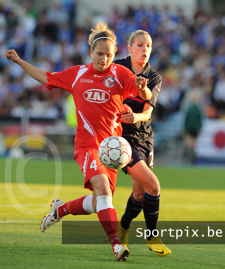 Uefa Women 's Champions League Final 2010 at  Coliseum Alfonso Perez in Getafe , Madrid : Olympique Lyon - Turbine Potsdam : Babett Peter in duel met Lara Dickenmann.foto DAVID CATRY / Vrouwenteam.be