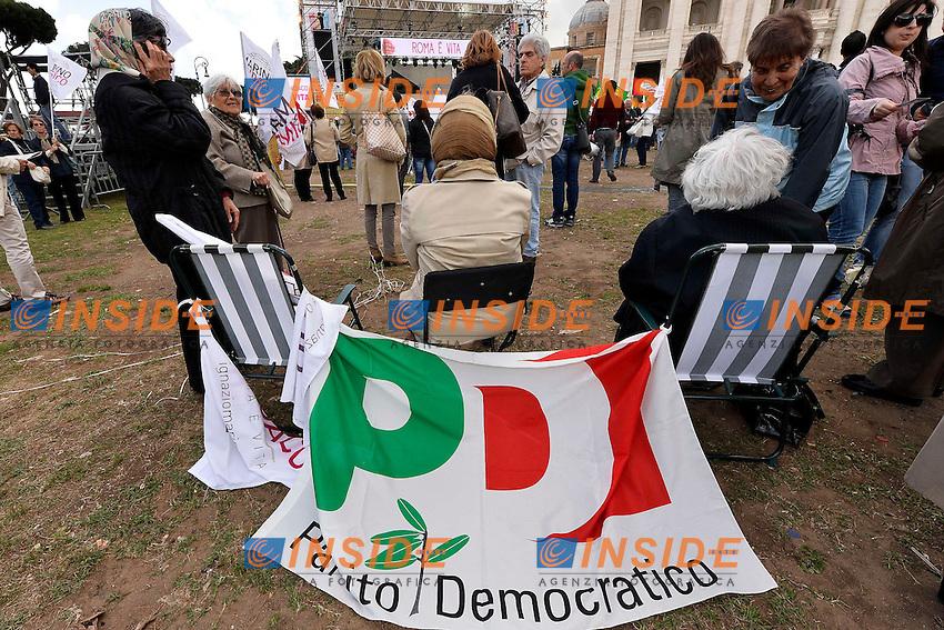 Manifestanti con bandiera del Partito Democratico .Roma 24/5/2013 Piazza San Giovanni.Manifestazione di chiusura della campagna elettorale del Partito Democratico per le elezioni del Sindaco di Roma .Foto Andrea Staccioli Insidefoto.