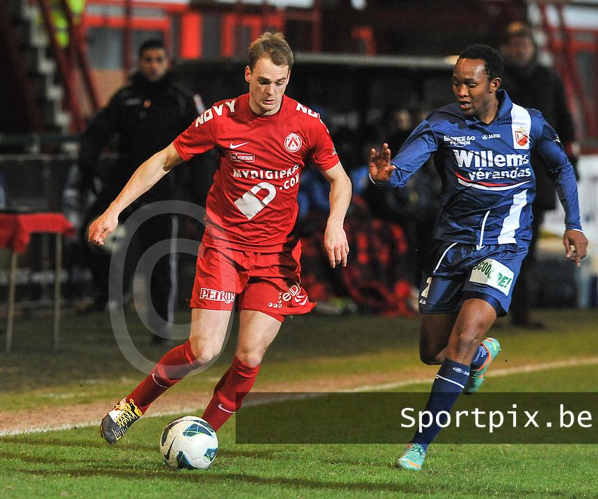 KV Kortrijk - RAEC Mons Bergen : Brecht Capon aan de bal voor Nyoni (rechts).foto VDB / BART VANDENBROUCKE
